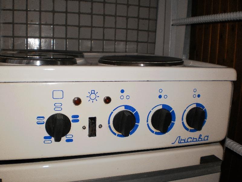 Электроплита Лысьва в хорошем состоянии.  3 комфорки и духовка работают хорошо.  Нет кабеля для подключения.