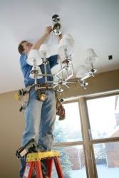 Для решения проблемы управления люстрой по двум проводам можно прибегнуть к любительским схемам электриков и...