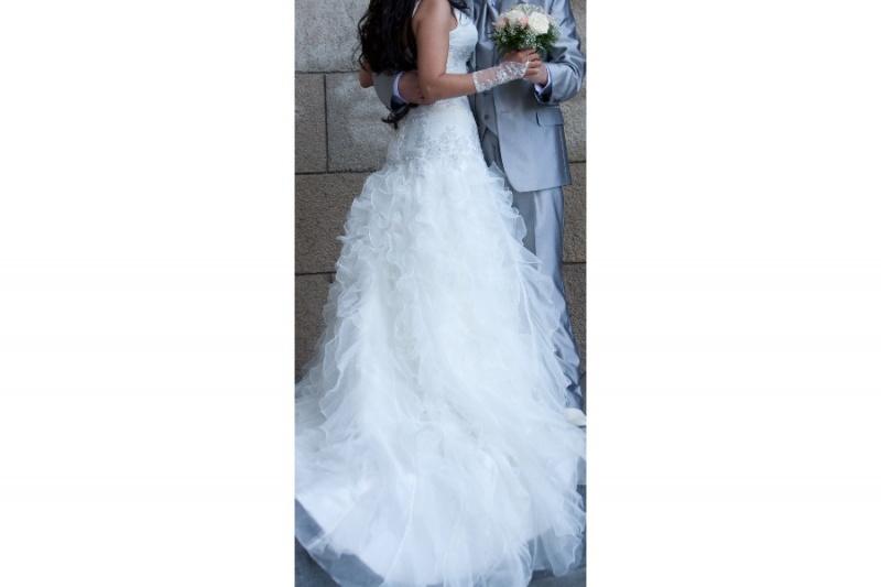 пристегивается на пуговицу.Платье очень красивое(брала за 34000.