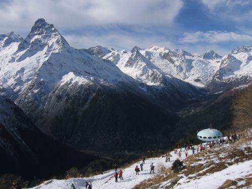 Обзорная площадка г. Мусса-Ачитара и вид на Главный Кавказский хребет.   Фото: www.dombayinfo.ru