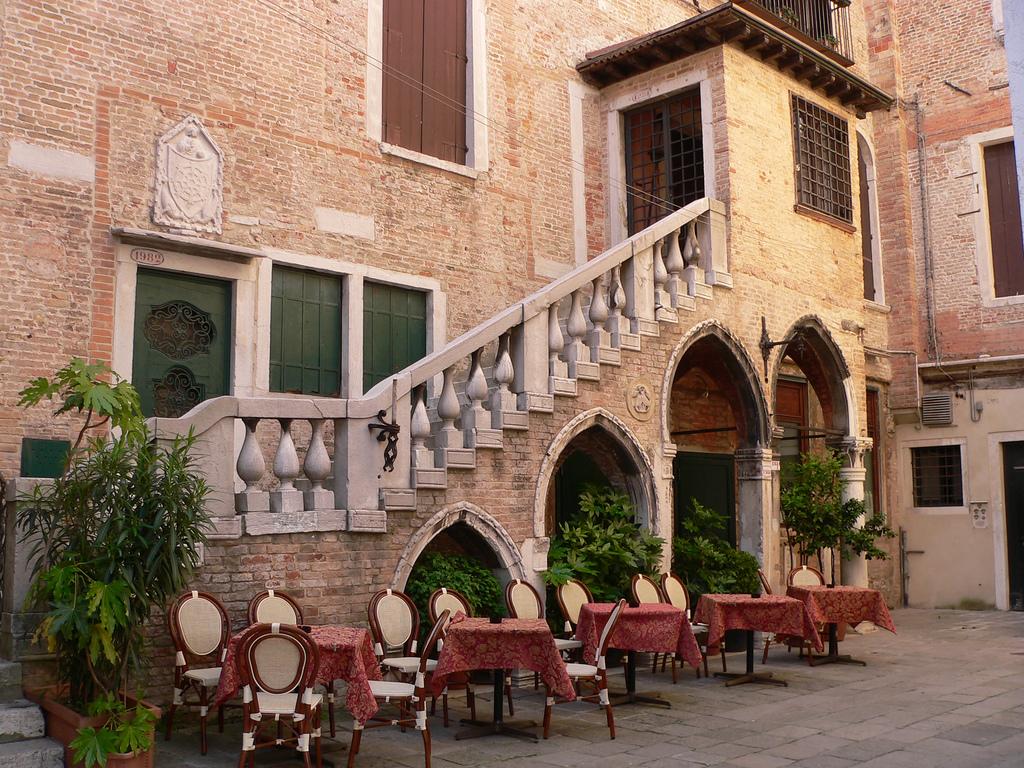 Уличное кафе в Венеции. Фото:   Lee Edwin Coursey