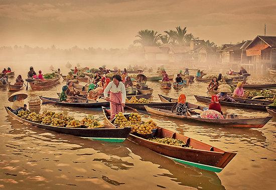 Рынок на воде в Банджармасине. Калимантан. Фото: redbubble.com