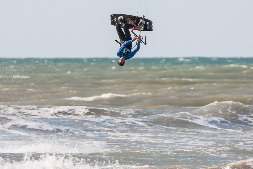 Водные виды спорта.  Фото:   kitesurftour_europe