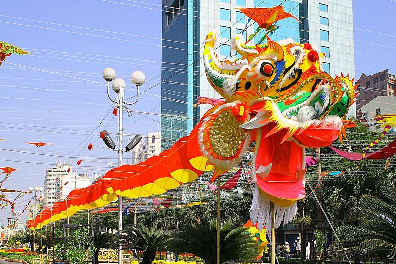 Улица вьетнамского города Хюэ украшена к празднику Тет. Фото: duonghoanguyenhue.com