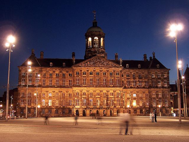Королевский дворец. Фото с сайта  travel-ev.com .