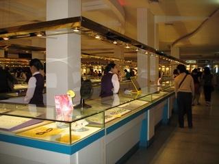Здесь продают изделия из хрусталя. Фото: english.sanya.gov.cn