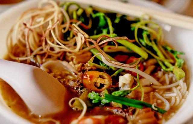 Бун мам - рыбный суп с рисовой лапшой. Фото: eatingasia.typepad.com