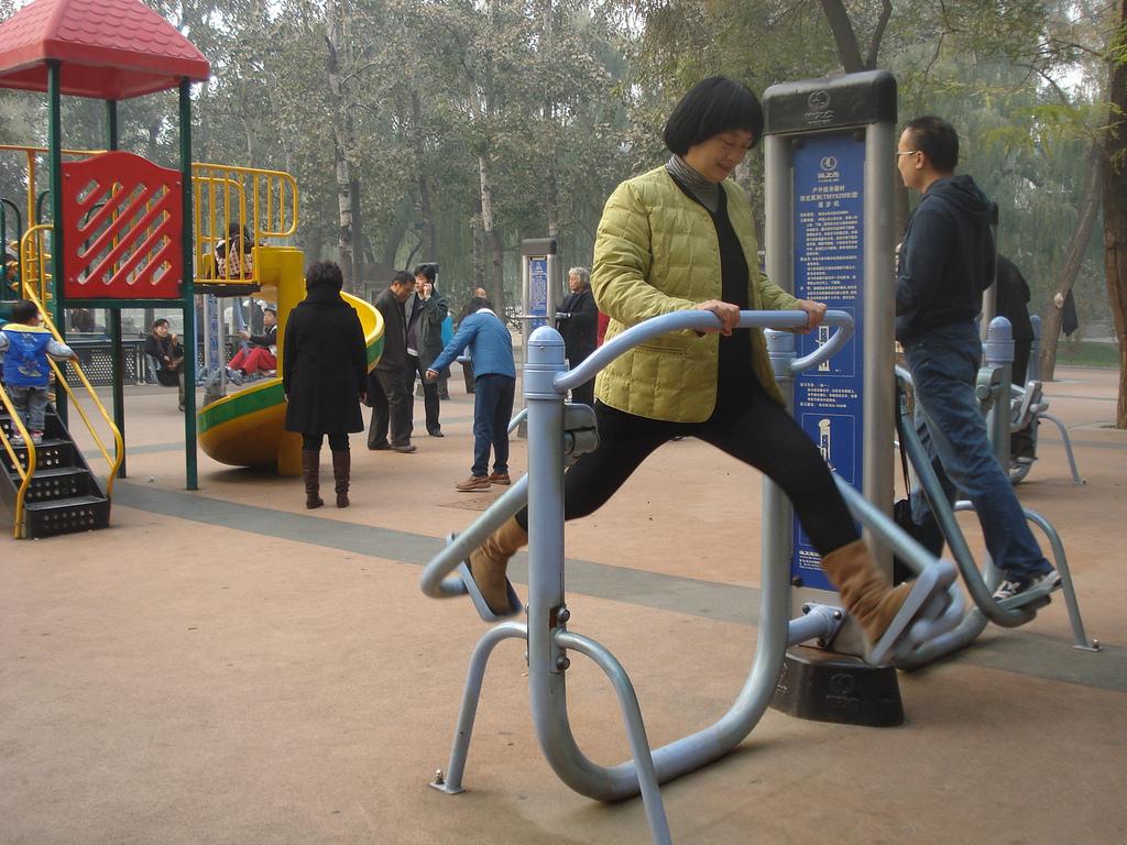 Гимнастика прямо на улице Пекина. Автор: IvanWalsh.com. Фото:  www.flickr.com