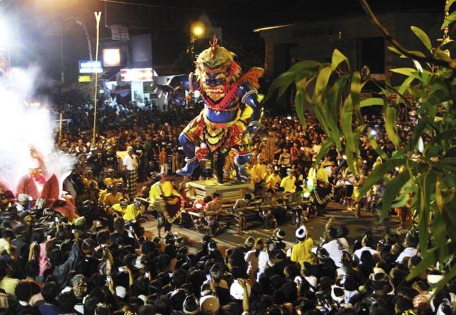 Праздник в честь балийского Нового года - Ньепи. Фото: jasonlunn.com