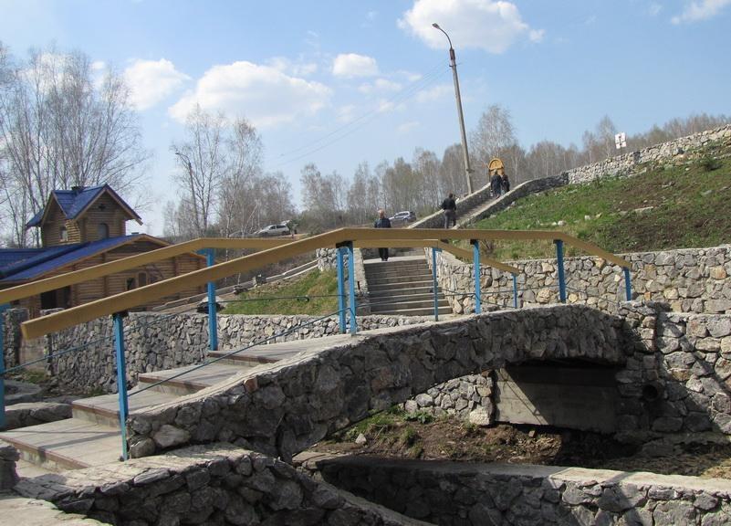 Переходной мостик к площади у источника.  Автор фото: Кадникова Ольга