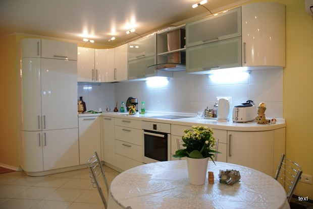 Дизайн кухни 12 кв.м с выходом на балкон и диваном.