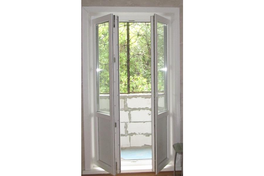 Пластиковые двери распашные на балкон..