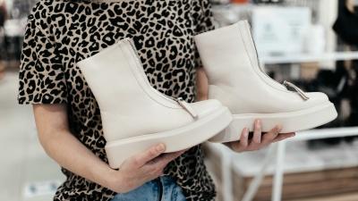 Они не доживут до распродаж: где найти ботинки с цепями и сапоги-трубы, как у модных блогеров
