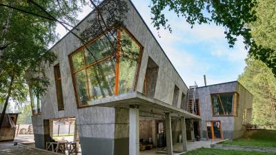 «Люди не видели ничего подобного». В Новосибирске построили дом с наклонными стенами и необычными окнами