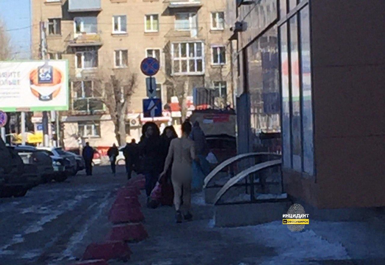 голая женщина разгуливает в центре ростова-хф2
