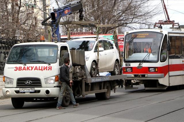 В москве эвакуатор увез автомобиль с запертыми в нем детьми