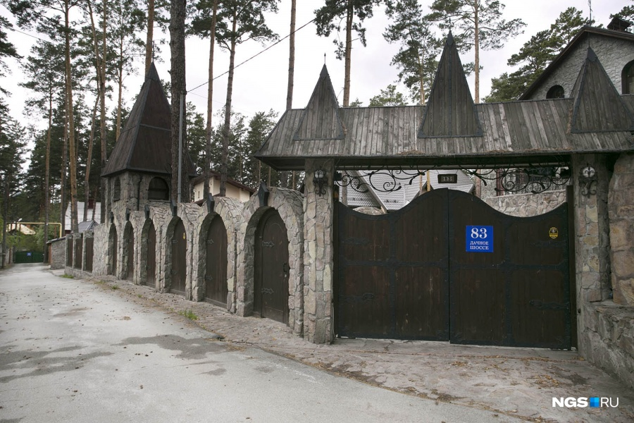 …и в этом Средневековье крепостью оказывается не только дом, но и сам забор.