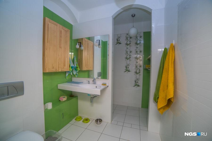 Кроме ванных комнат возле спален, на первом этаже в доме сейчас делают сауну.