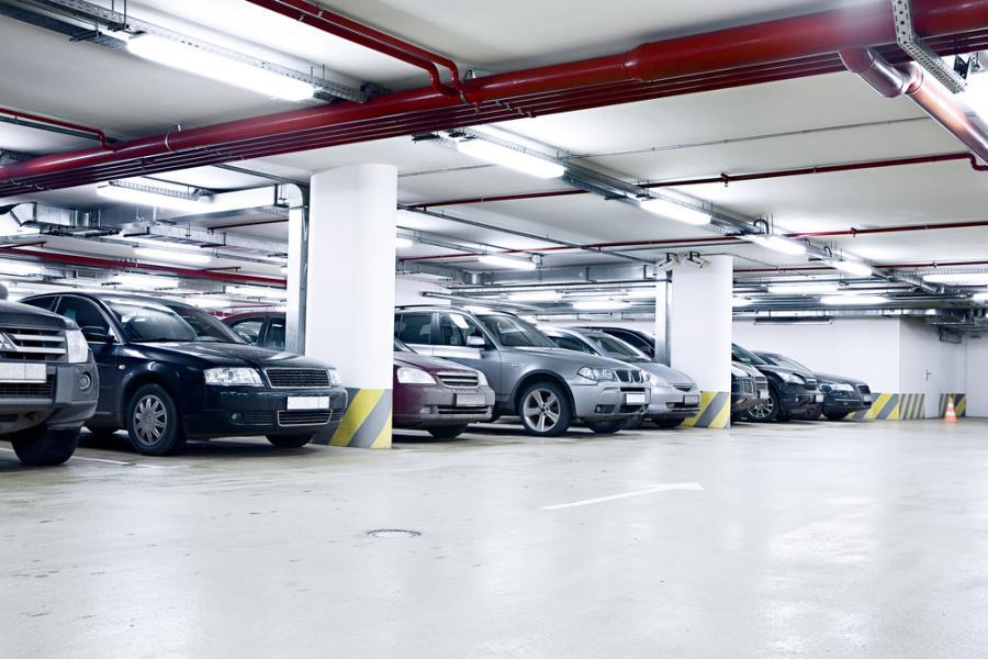 Днем наземные парковки будут использоваться посетителями коммерческих помещений, которые расположены на первых этажах комплекса. А вечером будут в распоряжении жителей.  Генплан комплекса  и схема наземных парковок.