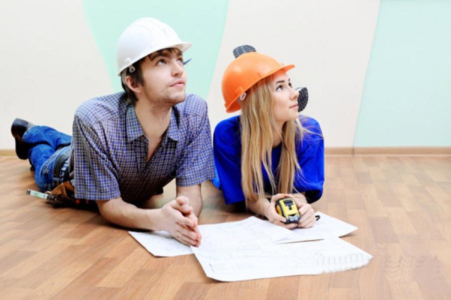 Муж с женой делают ремонт
