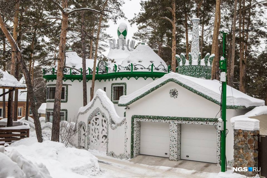 В сибирском «доме Гауди» привлекают внимание его плавные линии, купола, мозаика, ажурные ворота и причудливый дымоход. Особняк площадью 420 кв. м выставлен на продажу на НГС.НЕДВИЖИМОСТЬ за 90 млн руб.