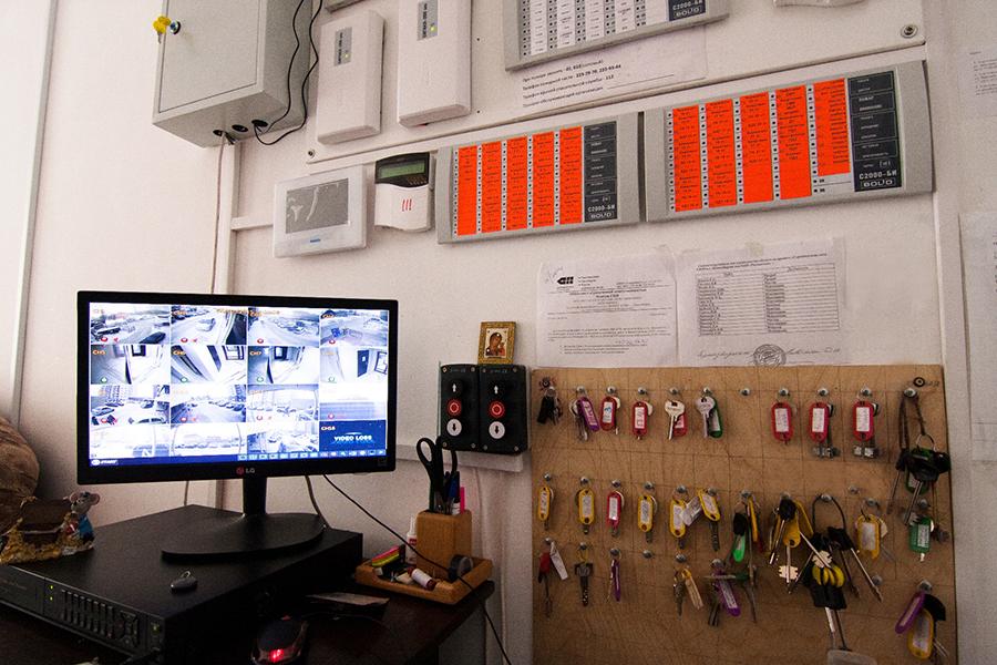 Комплекс обслуживает управляющая компания «Евро-комфорт». В каждой секции работает консъерж, установлено видеонаблюдение на каждом этаже, уборку проводит клининговая компания.