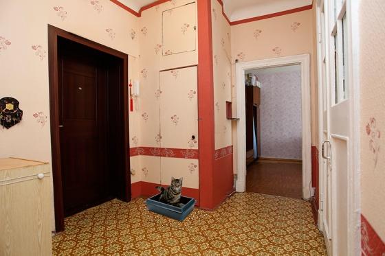 Да, не самый, может быть, презентабельный ремонт. Зато видно, что за квартирой следят: линолеум чистый, обои подновлены, дверной косяк и сами двери не так давно окрашены. С квартирой все в порядке, ее можно смело продавать по привлекательной цене. Для этого вам надо убрать с фото одну маленькую деталь!