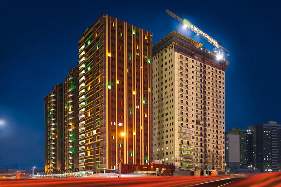 И ярким солнечным днем, и в темное время ЖК «Европейский» выделяется на фоне типовой новосибирской застройки стильной архитектурой и динамичной подсветкой. Проект фасадов в стиле «штрих-код» разработали берлинские архитекторы — по приглашению девелопера проекта, Строительного концерна « Метаприбор ». И он очень понравился новосибирцам.