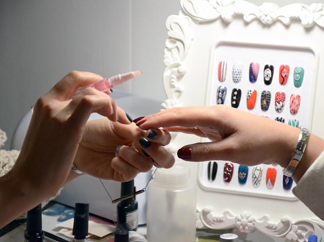 Как набить клиентскую базу мастеру маникюра