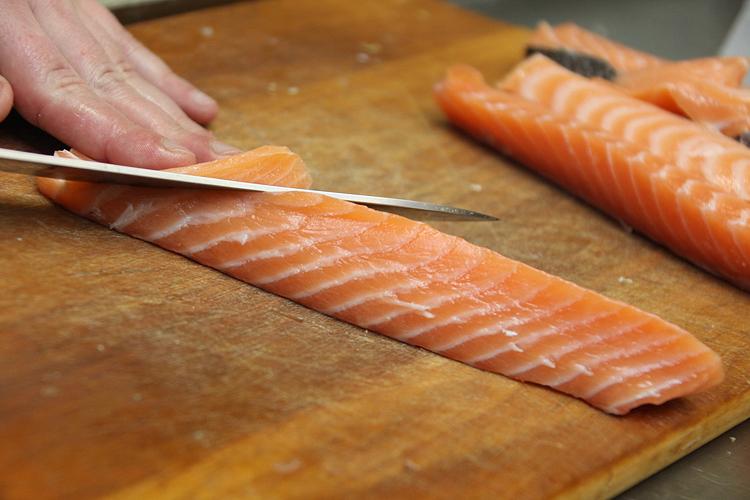 Нарезка лосося для суши под углом - Нияма