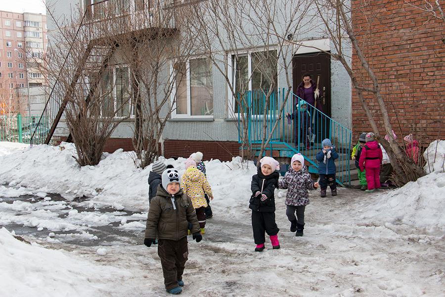 В 10 минутах ходьбы находится центр развития ребенка —  детский сад №504.  В детском саду работает  25 квалифицированных  педагогов.