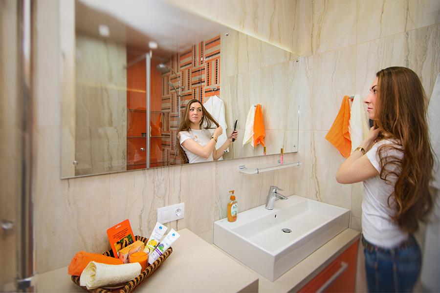 Во всех 2-3-комнатных квартирах в «Европейском» раздельные ванная и туалет. В шоу-руме установлена душевая перегородка, а мозаичную оранжевую стену собирали под заказ.