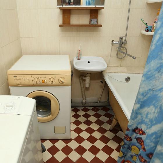 А вот еще одна ванная. Правильная! Никаких чистящих и моющих средств, и вообще всего, что хоть как-то связано с уборкой. Ванная комната должна напоминать именно ванную, а не склад хозинвентаря. Шторка может сыграть хорошую роль. И не забудьте про банальную уборку!