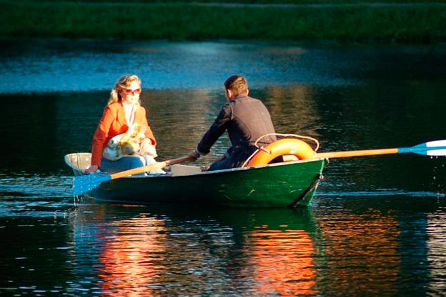 учит плавать с лодки