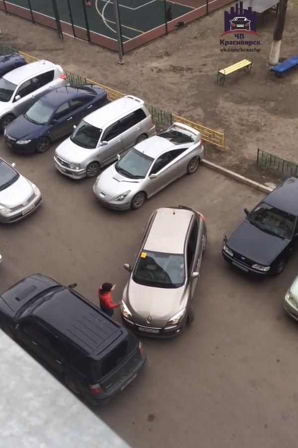 Одна девушка и пять парней на парковке