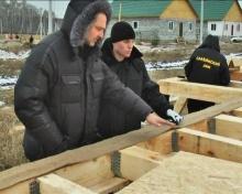 Ведущий и продюсер «Стройки» Олег Климов следит за каждым этапом (на фото - строительство каркасного дома).