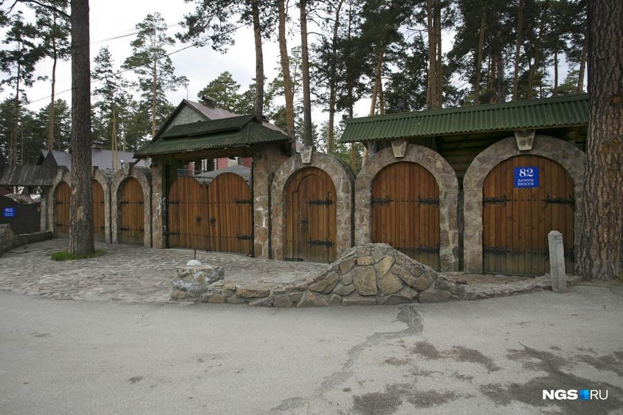 Возле некоторых оград можно почувствовать себя в Средневековье…
