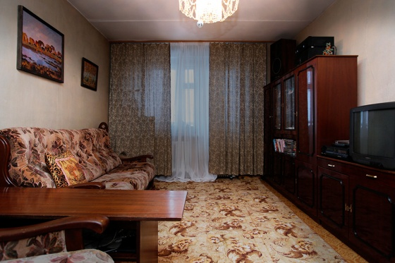 Обыкновенная комната в обыкновенной квартире с обыкновенной мебелью, средний ремонт. Но вот почему-то не тянет ее покупать. А вас? Может быть, причина в темной мебели? Хорошо, убираем мебель. И даже мысленно ставим свою, родную. Все равно что-то не так. Что надо исправить в первую очередь?