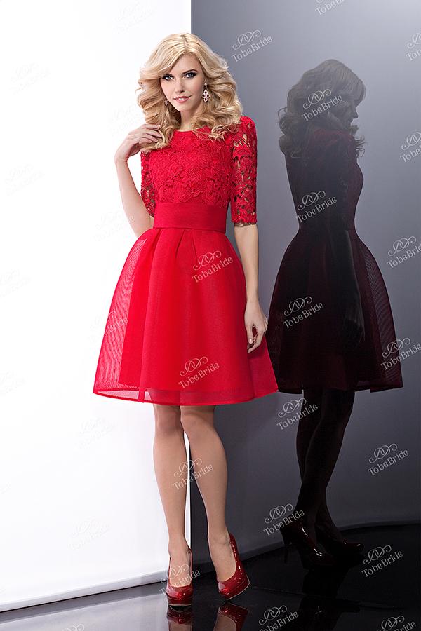 Красное платье с кружевом на юбке