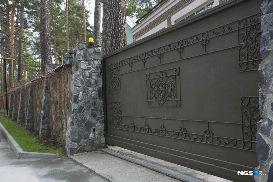 Возле элитных коттеджей бетонные заборы в ромбик, конечно, не встретишь, зато легко можно найти и крепостные стены в два человеческих роста, и причудливые кованые ограждения.