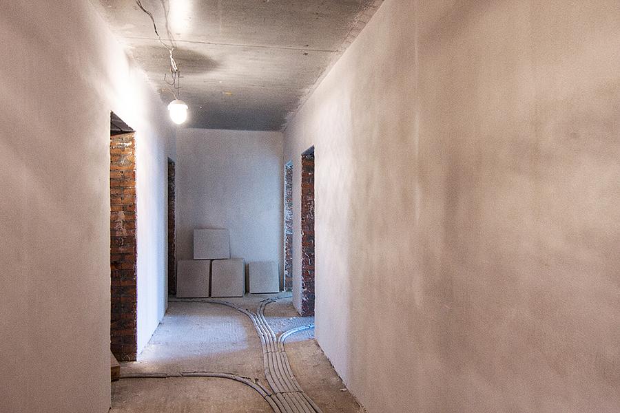 Квартиры сдаются в базовой отделке: ровные стены оштукатурены, горизонтальная разводка отопления лежит под прочной стяжкой пола 8 см со звукоизолирующим слоем, качественные окна, металлическая российская входная дверь, итальянские радиаторы отопления. Познакомьтесь с  технологией строительства .
