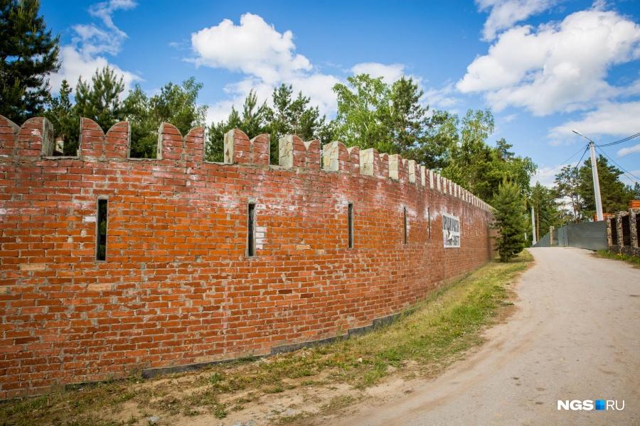 На острове с элитными коттеджами в Морозово есть своя кремлевская стена с бойницами высотой в 2–4 человеческих роста. Как рассказал ее владелец, высота стены переменная — от 4–5 до 8 м. «Сейчас ее называют кремлевской стеной. Но если бы мы ее сделали до конца, она была бы похожа не на нее, а просто на стену с бойницами — в стиле замка, который мы планировали строить», — описал владелец стены.