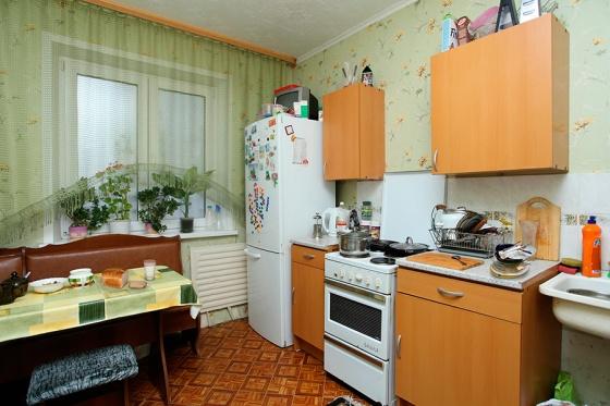 Одна из главных комнат в квартире — кухня. Ей вашим покупателем будет уделено огромное внимание! На фото кухня — светлая, обжитая. Обои, правда, как вы уже заметили, можно было подклеить, перед тем как делать фото для рекламы. Но здесь есть еще куча вещей, которых на фото и при показе быть не должно! Найдете?