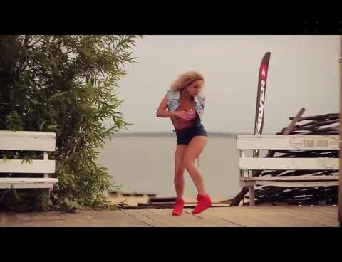 devushka-klassno-delaet-video