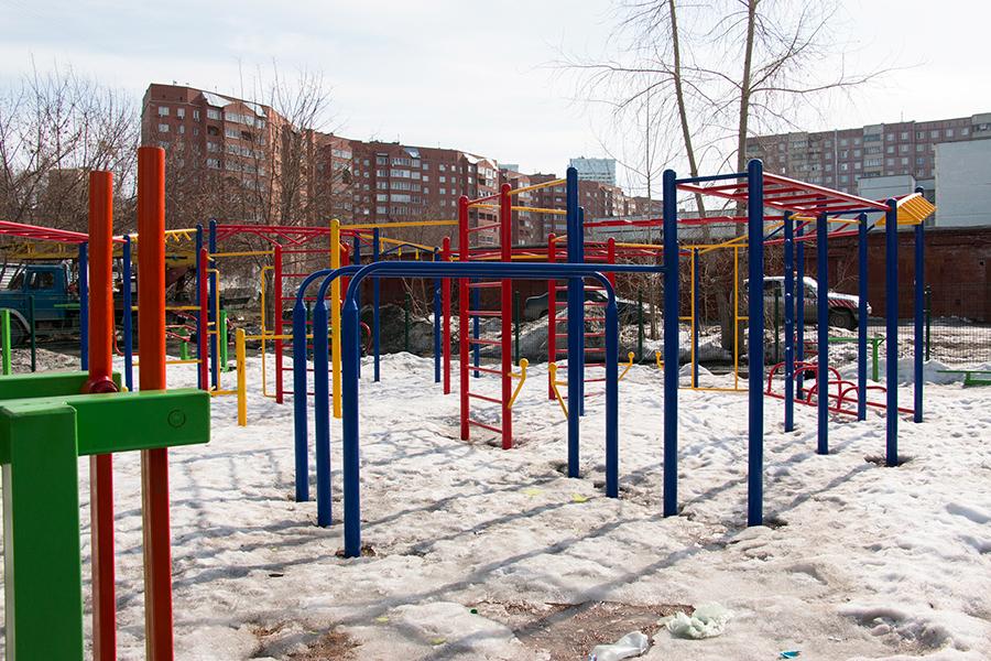 Детская площадка расположена внутри двора, благодаря чему обеспечивается безопасность детей. Спортивная площадка с развивающими тренажерами находится рядом с ЖК «Европейский».