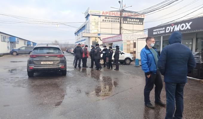 Предприниматели перекрыли мост, протестуя против сноса Карповского рынка