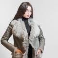 Этой зимой дубленки триумфально вернулись в гардероб, став сосредоточием трендов женской моды. Все указывает на то, что их популярность сохранится в ближайшие годы. Модель в классической стилистике подкреплена мехом внутри и снаружи.<br>