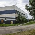 На участке находится несколько зданий, одно из них — административное