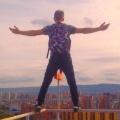 Вместе с друзьями он забирается на крыши жилых высоток и ТРЦ
