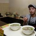 Повар кафе Фом и две порции супа фо-бо по 230 рублей за порцию